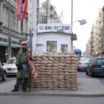 http://www.berlijntrip.nl/wp-content/uploads/2014/07/Checkpoint-Charlie-36743.jpg